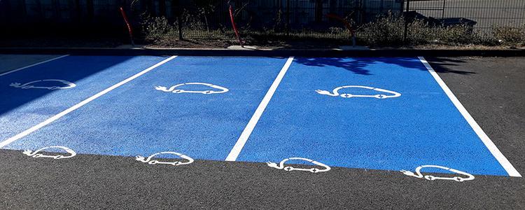 Marquage de places réservées aux voitures électriques.