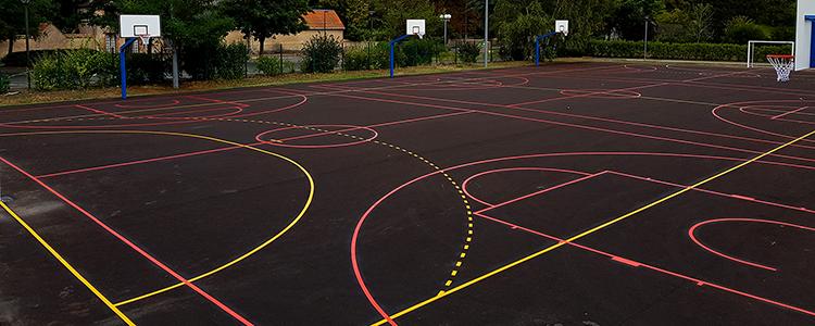 Nous avons réalisé un terrain de handball et trois terrains de basketball en résine thermocollée.