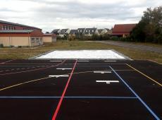 Nous avons réalisés, en résine thermocollée préfabriquée, le plateau sportif composé d'un terrain de handball, deux terrains de basketball et trois terrains de volleyball.